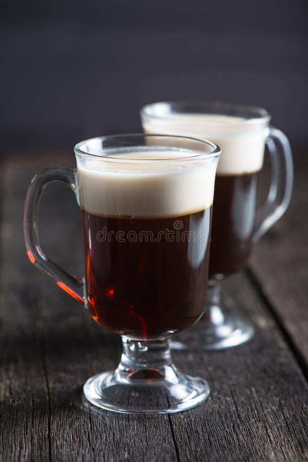 Café irlandês forte na tabela de madeira imagens de stock