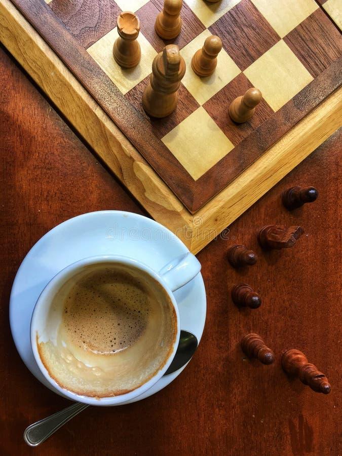 Café italiano da manhã e jogo da xadrez foto de stock
