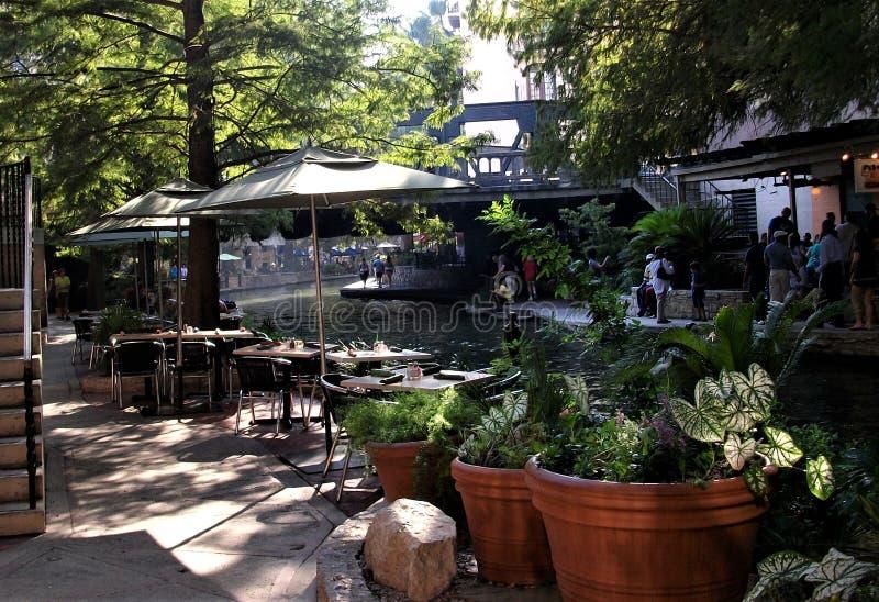 Café junto al Riverwalk en San Antonio fotos de archivo