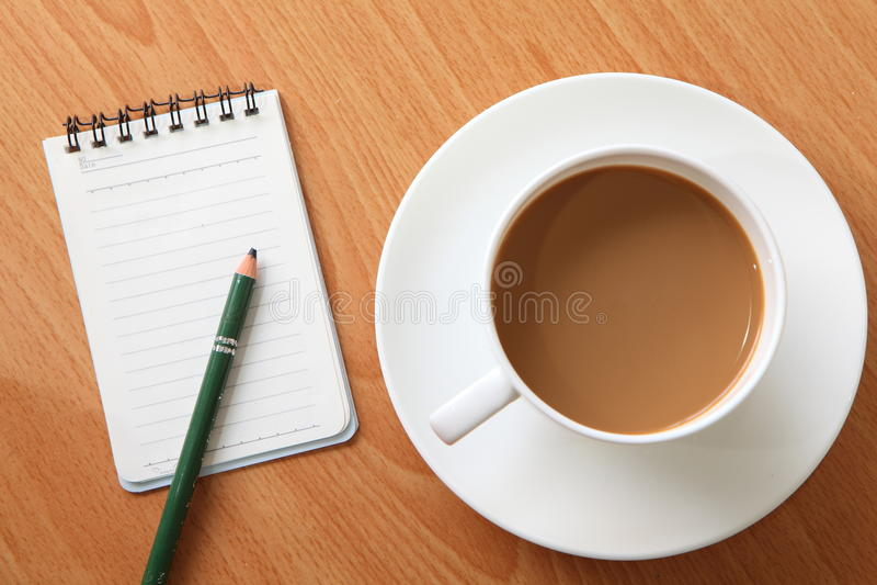 Café junto com um memorando e um lápis fotos de stock