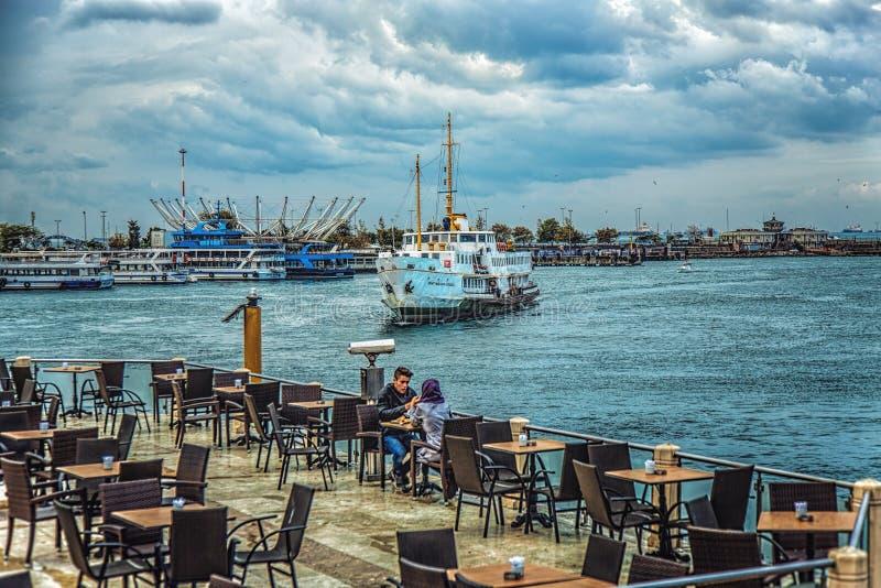 Café in Kadikoy-Hafen mit Ansicht der Küste und des ankommenden Schiffes lizenzfreie stockbilder