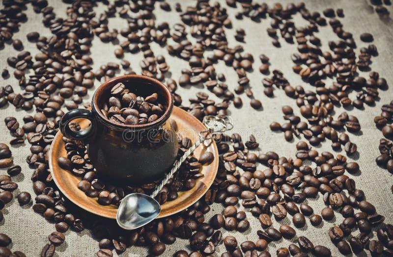 Café kenyan Tasse de café d'argile et grains de café image stock