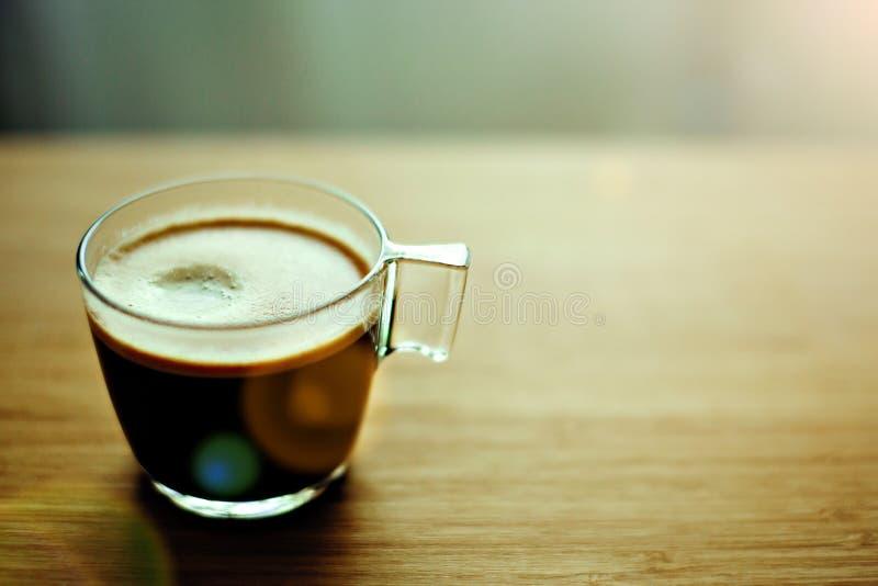 Café a la taza en una tabla de madera imagen de archivo