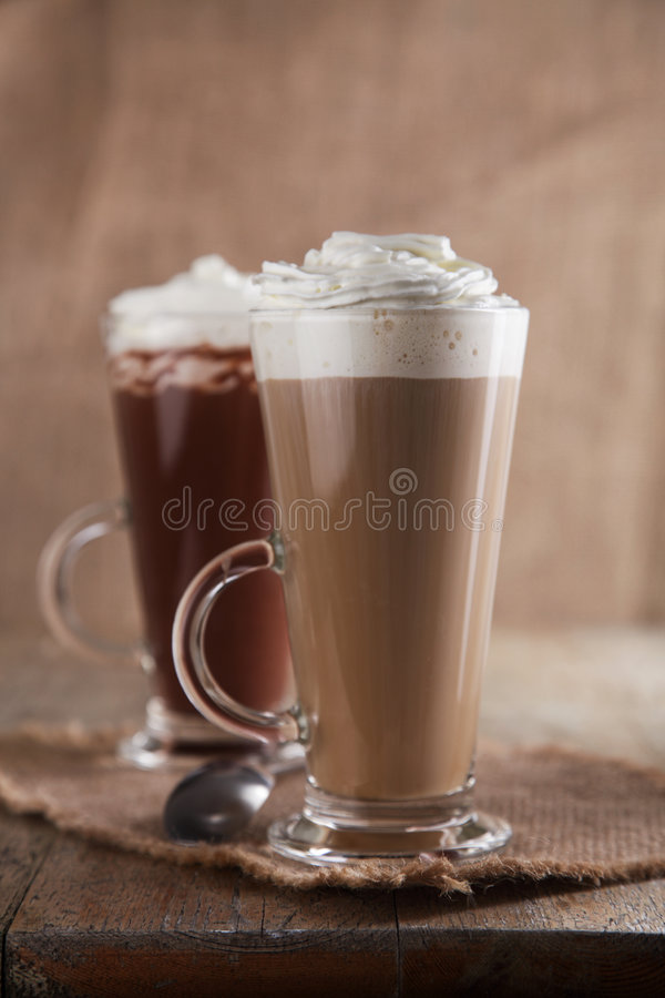 Café Latte e chocolate quente com creme chicoteado fotos de stock