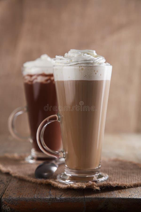 Café Latte et chocolat chaud avec la crème fouettée photos stock