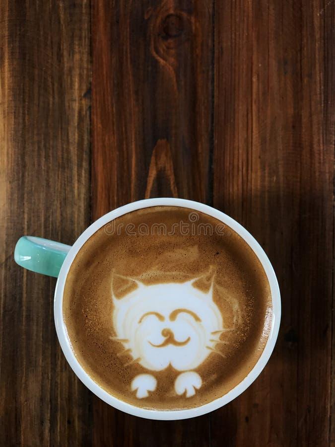 Café lindo del arte del latte de la cara del gato en la taza blanca foto de archivo