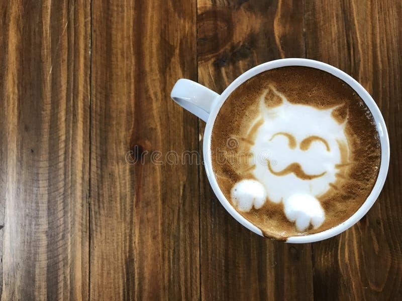 Café lindo del arte del latte de la cara del gato en la taza blanca imágenes de archivo libres de regalías