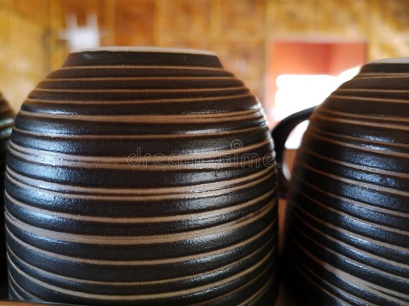 Café lindo, taza de té al revés en estante fotografía de archivo