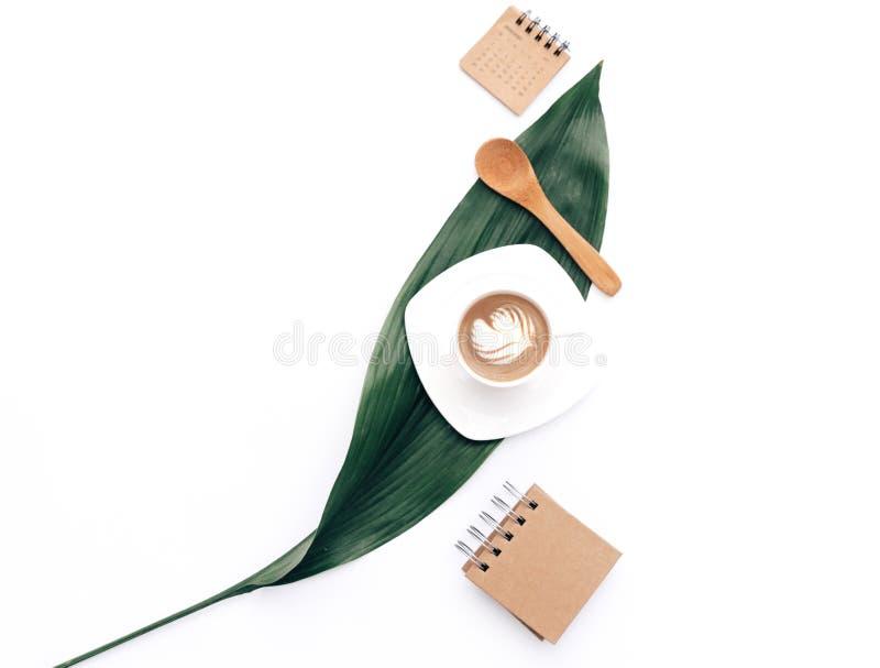 Café liso da configuração com artigos do ofício do eco e a folha verde Conceito mínimo do moderno, foto de stock royalty free