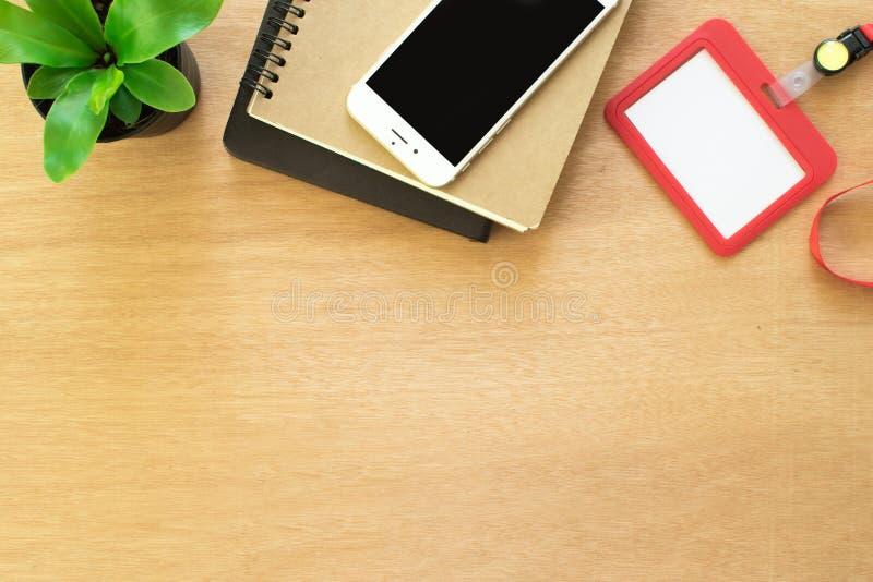Café, livro, clipe, lápis, cartão do empregado, post-it e potenciômetro da árvore na mesa de madeira marrom rústica Espaço de tra imagem de stock royalty free