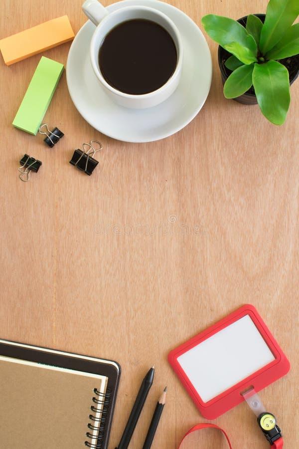 Café, livro, clipe, lápis, cartão do empregado, post-it e potenciômetro da árvore na mesa de madeira marrom rústica Espaço de tra imagem de stock