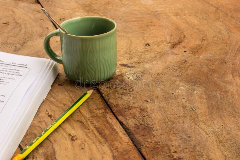 Café, livros, lápis, madeira, papel, colher fotografia de stock royalty free