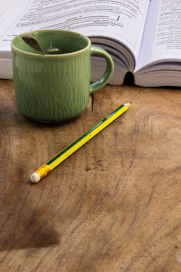 Café, livros, lápis, madeira, papel, colher fotos de stock