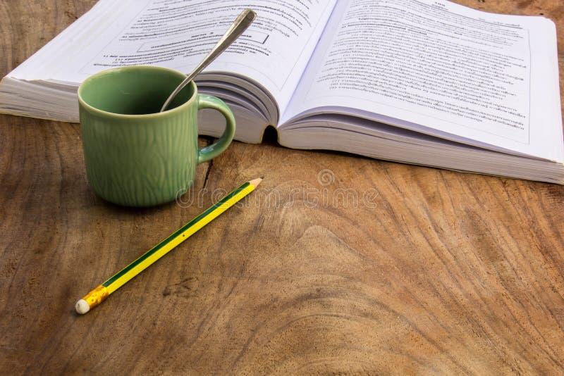 Café, livros, lápis, madeira, papel, colher foto de stock