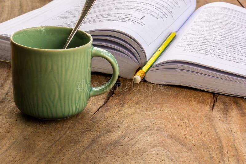 Café, livros, lápis, madeira, papel, colher imagem de stock royalty free
