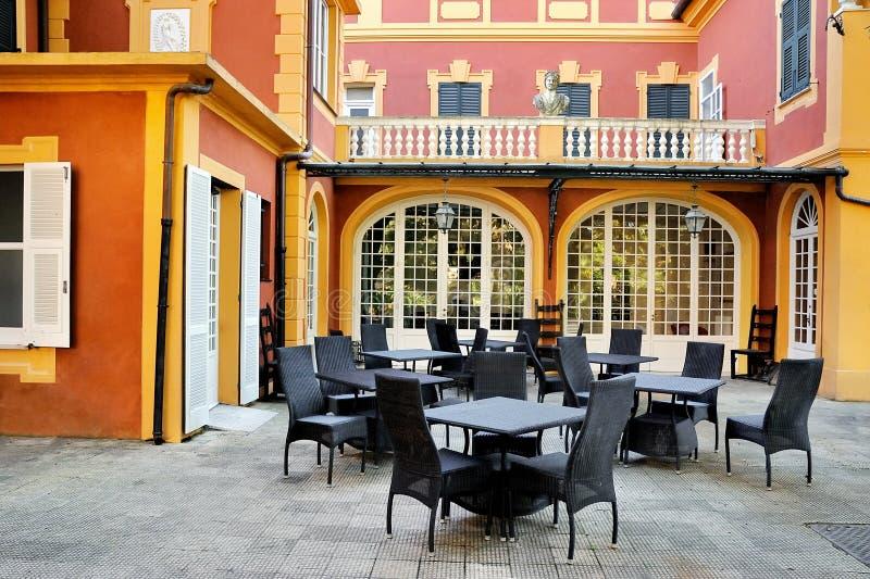 Café luxuoso exterior na jarda italiana fotos de stock