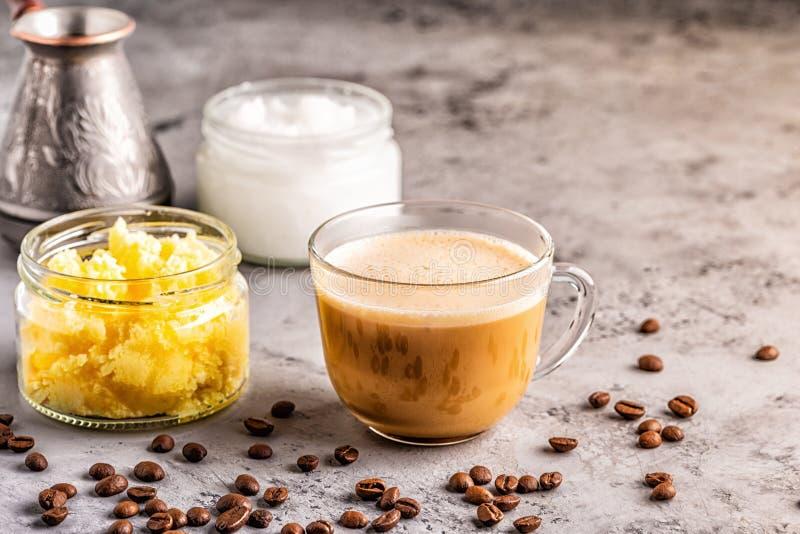 Café mélangé avec du beurre de ghee et l'huile de noix de coco de MCT images libres de droits