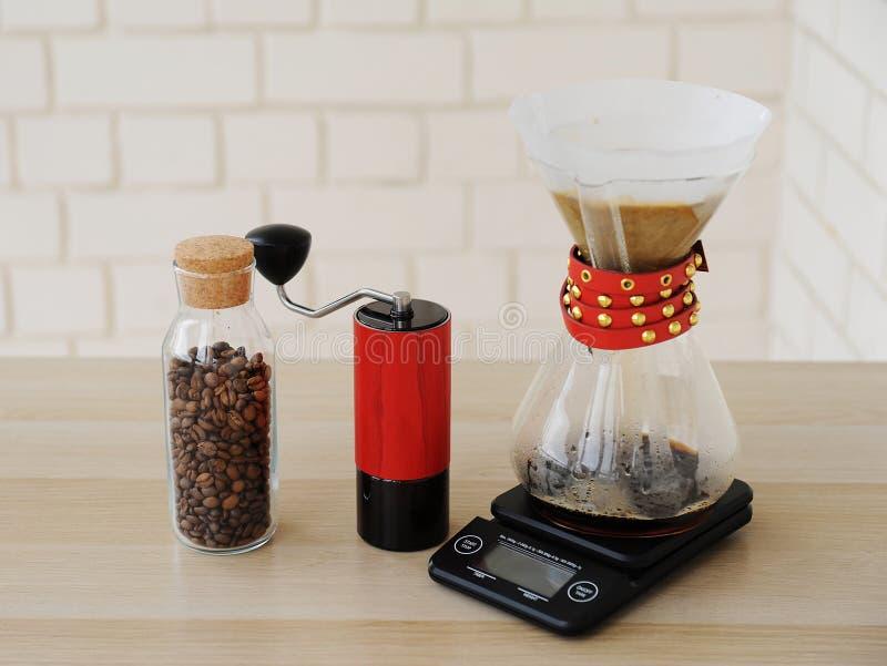 Café manuel alternatif de brassage de main Filtre en lots d'égouttement Rectifieuse de caf? rouge ?chelle ?lectronique photo stock