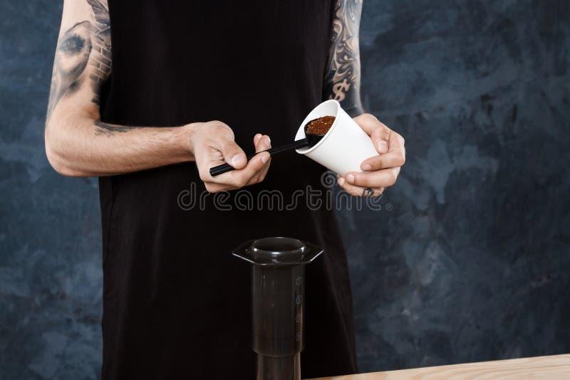 Café masculin de brassage de barman Aeropress d'approche alternative image libre de droits