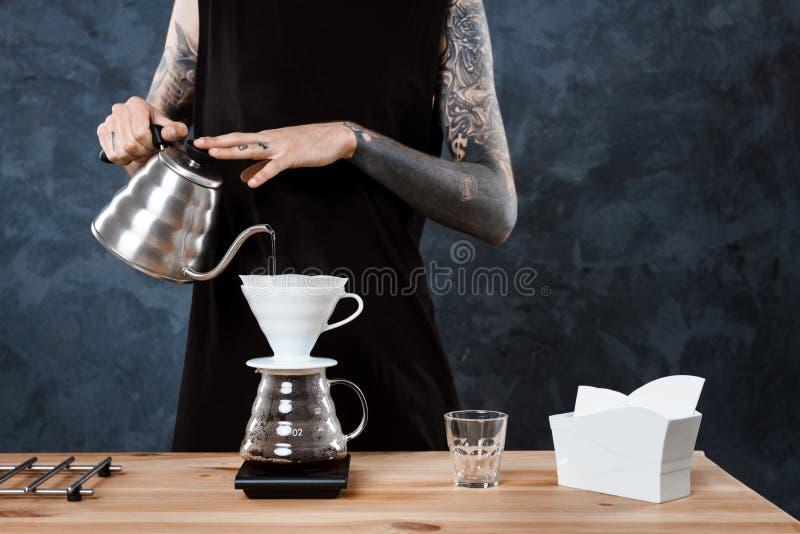 Café masculin de brassage de barman L'approche alternative versent plus de images libres de droits