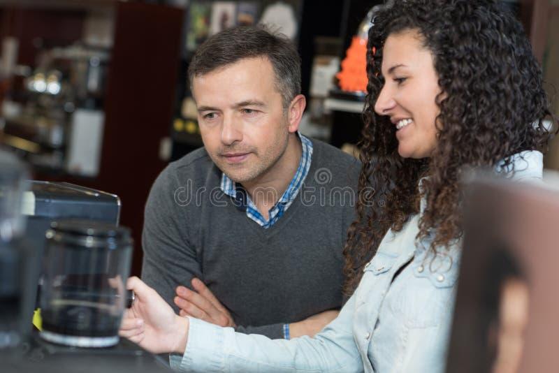 Café masculin et femelle d'échantillon à l'usine de café images stock