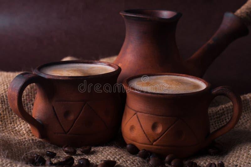 Café, matin, concept de grains de café - coffe dans la tasse de poterie de terre images libres de droits