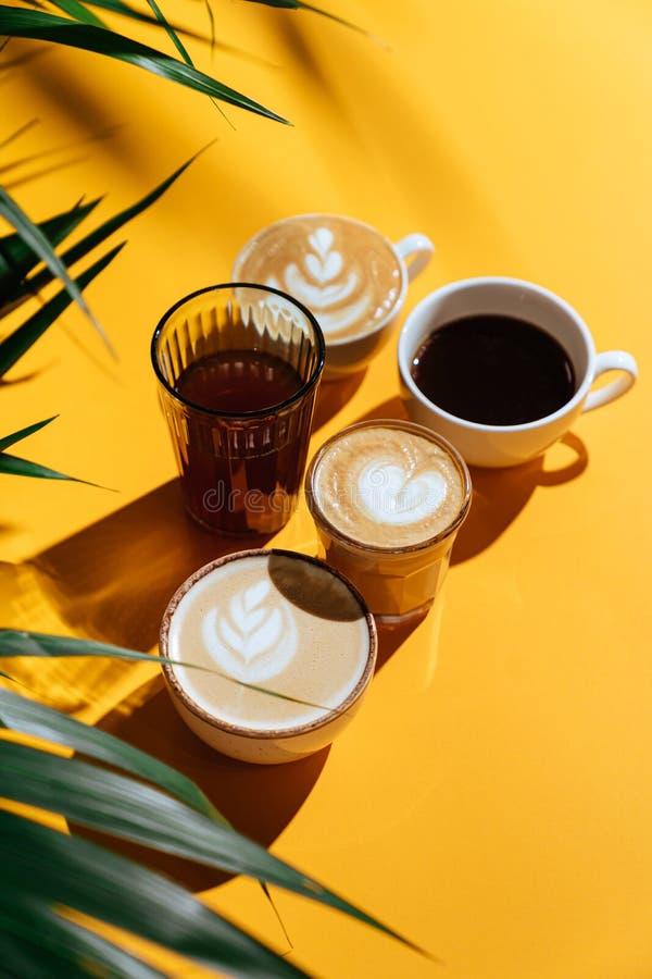 Café matinal sur fond coloré et branches de palmiers Sur fond flou avec espace de copie photo libre de droits