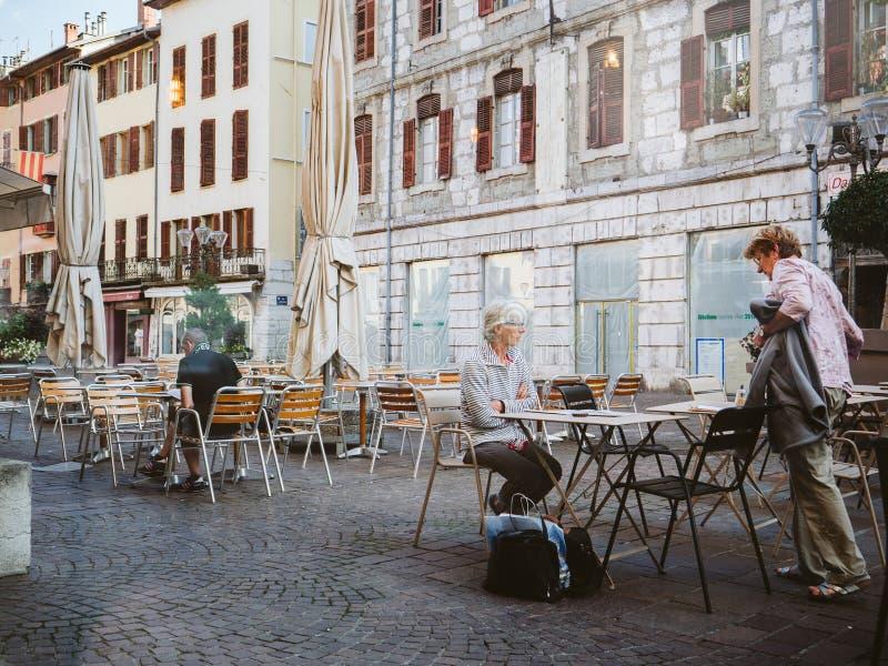 Café mayor de las mujeres del cuadrado central de Chambery foto de archivo