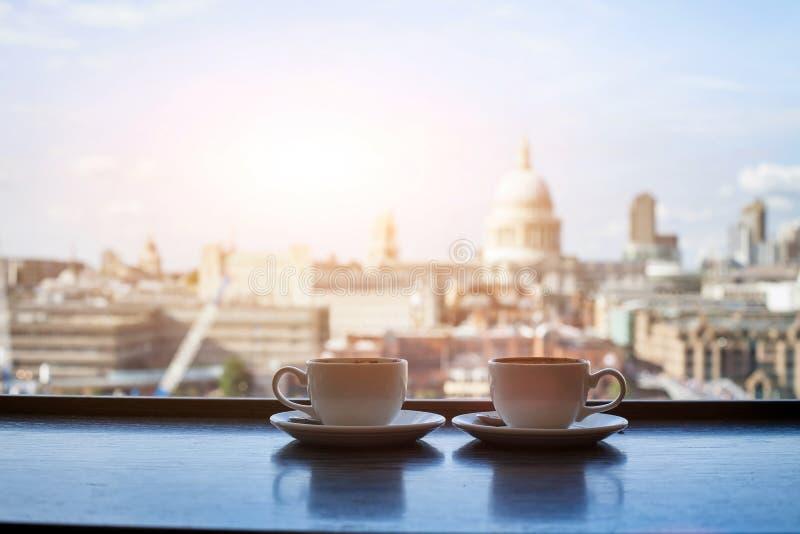 Café mit Ansicht von London lizenzfreie stockfotos