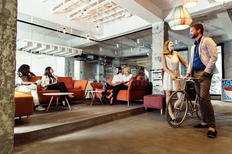 Café moderne visité par de diverses personnes photos libres de droits