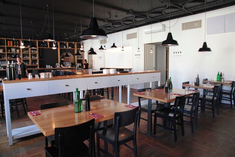 Café moderno com interior e com aberta a cozinha acolhedor fotos de stock