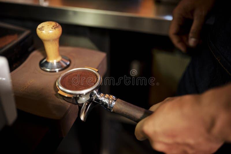 Caf? molido para la m?quina del caf? imagenes de archivo