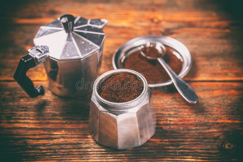 Café molido y pote del moka fotografía de archivo