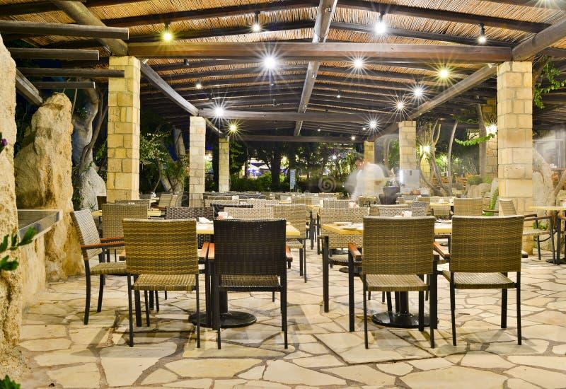Café nachts bei Coral Beach Hotel Resort Cyprus Paphos im Juni 2017 in Zypern lizenzfreie stockfotos