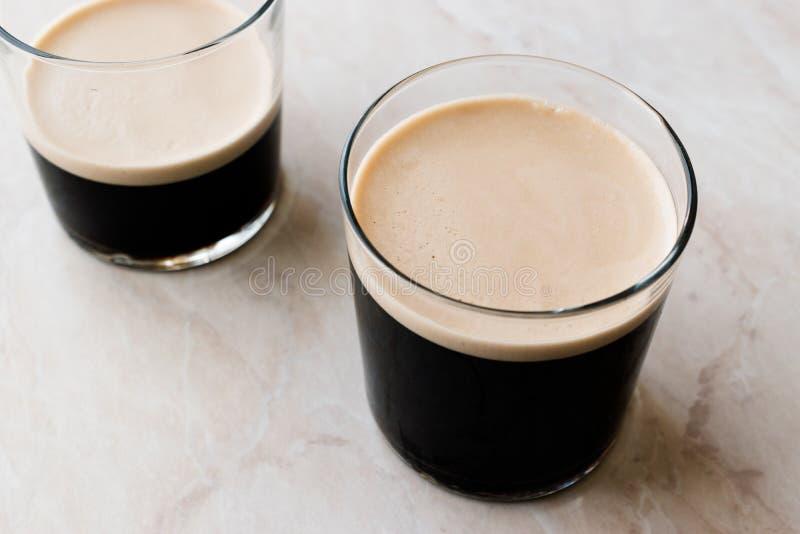 Café nitro del brebaje frío espumoso con las habas listas para beber fotos de archivo libres de regalías