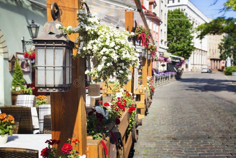 Café no abierto por la mañana en la ciudad europea vieja fotos de archivo