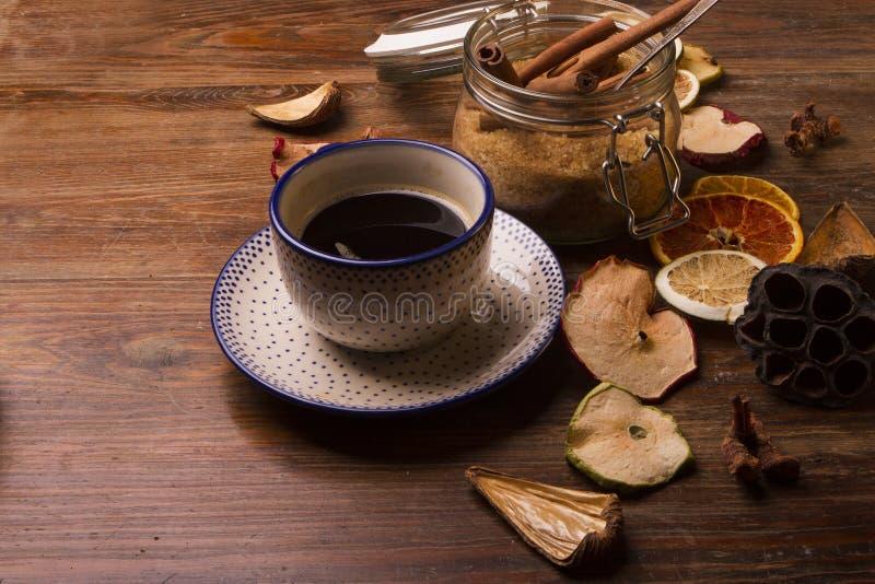 Download Café No Ajuste Do Vintage Com Frutos Secados No Backgroun De Madeira Imagem de Stock - Imagem de escuro, preto: 80102219