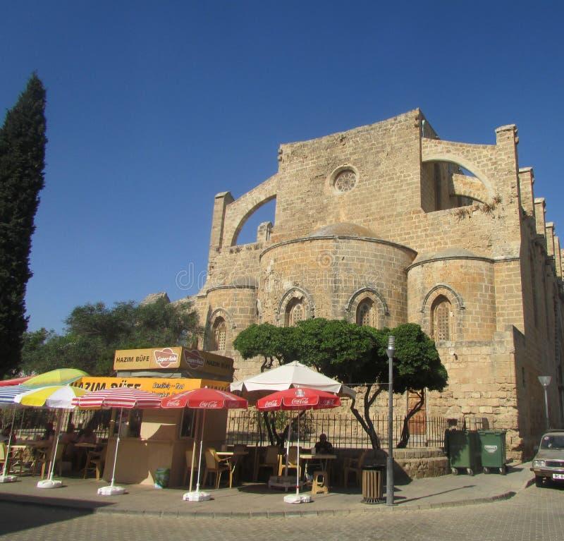 Café no ar livre ao lado das ruínas de uma fortaleza Venetian do século XV, Fomagusta do verão, Chipre do norte imagens de stock royalty free