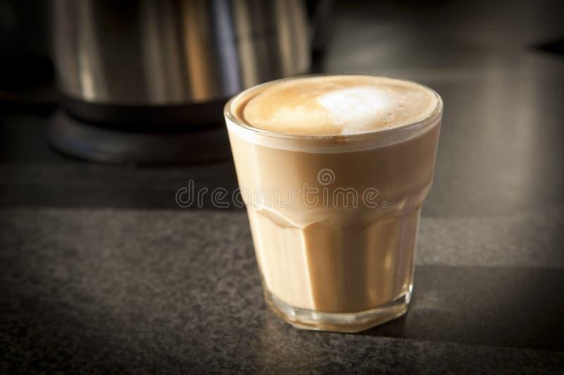 Café no banco fotografia de stock royalty free