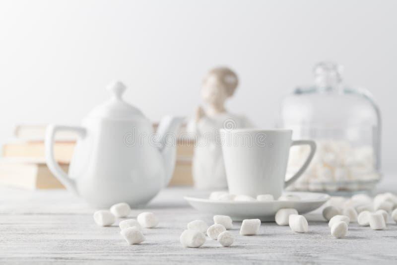 Café no copo branco da porcelana na tabela de madeira foto de stock