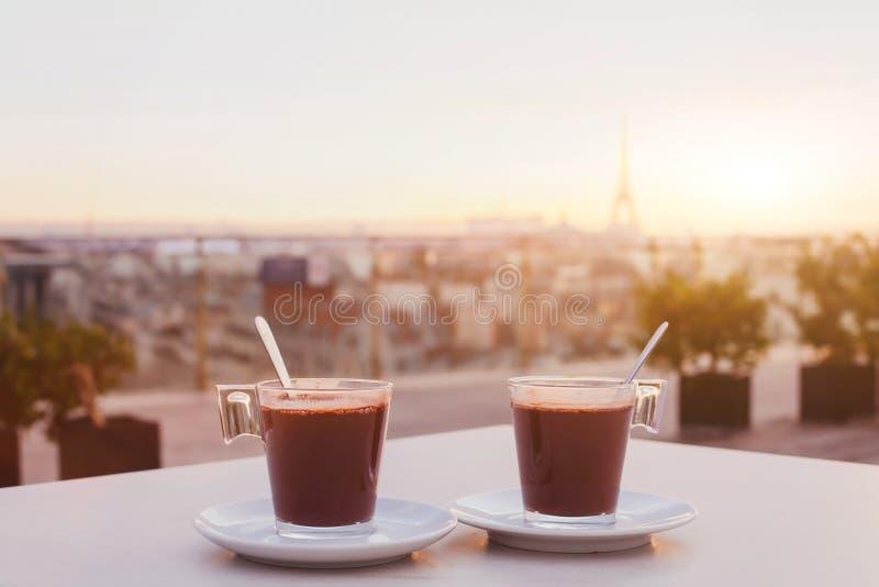 Café no terraço do café em Paris imagens de stock