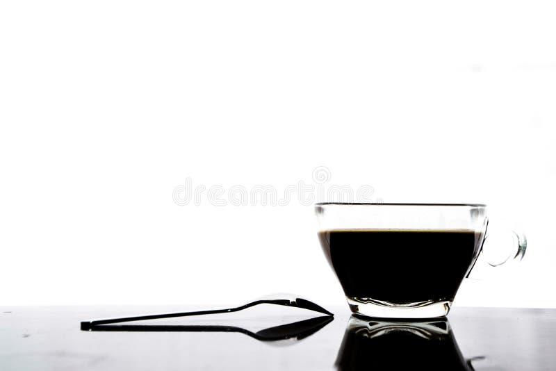 café no vidro e na colher no fundo branco fotografia de stock