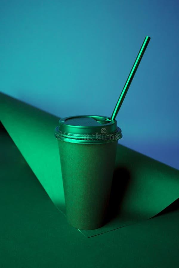 Café noir à aller mettre en forme de tasse dans des couleurs olographes de gradient audacieux vibrant Art de concept Fin minimale images libres de droits