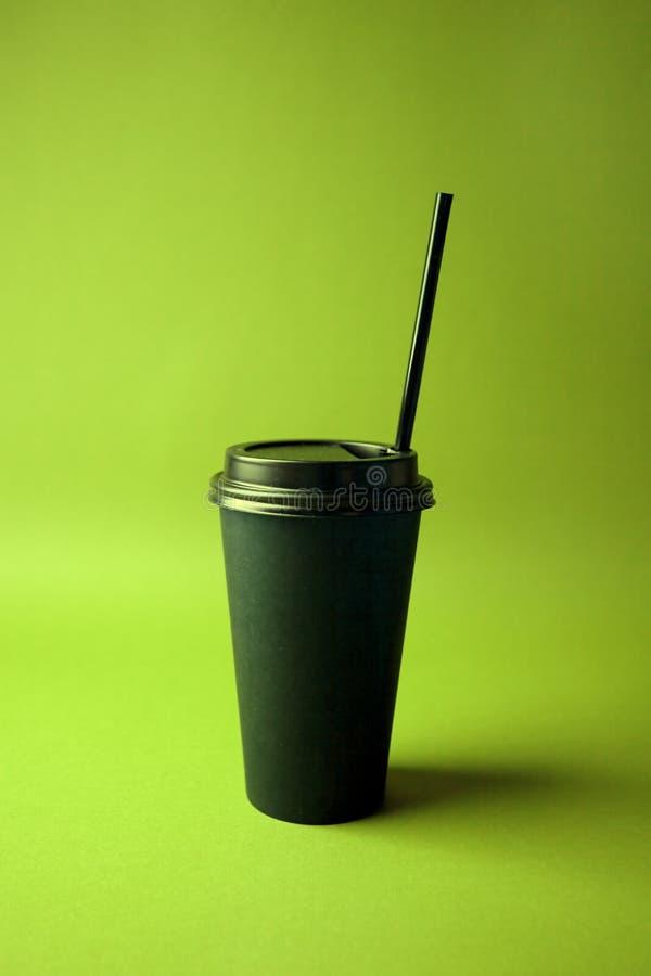 Café noir à aller mettre en forme de tasse dans des couleurs olographes de gradient audacieux vibrant Art de concept Fin minimale photo stock