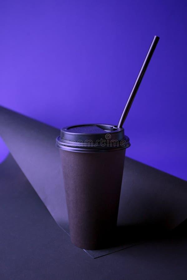 Café noir à aller mettre en forme de tasse dans des couleurs olographes de gradient audacieux vibrant Art de concept Fin minimale photos stock