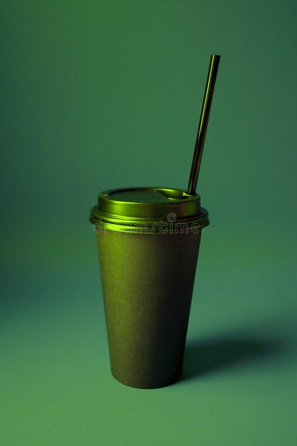 Café noir à aller mettre en forme de tasse dans des couleurs olographes de gradient audacieux vibrant Art de concept Fin minimale photographie stock