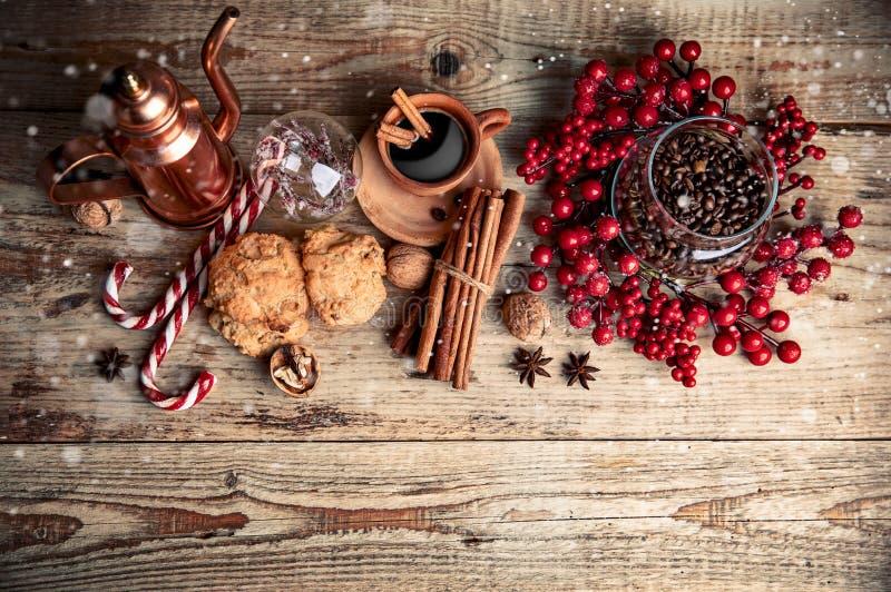Café noir avec biscuits cannelle et épices photos stock