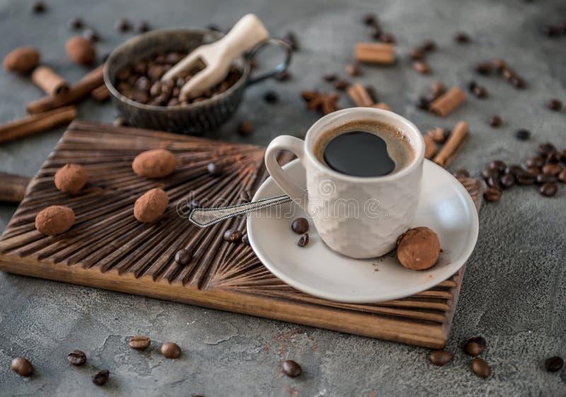 Café noir avec des sucreries sur un fond concret image libre de droits