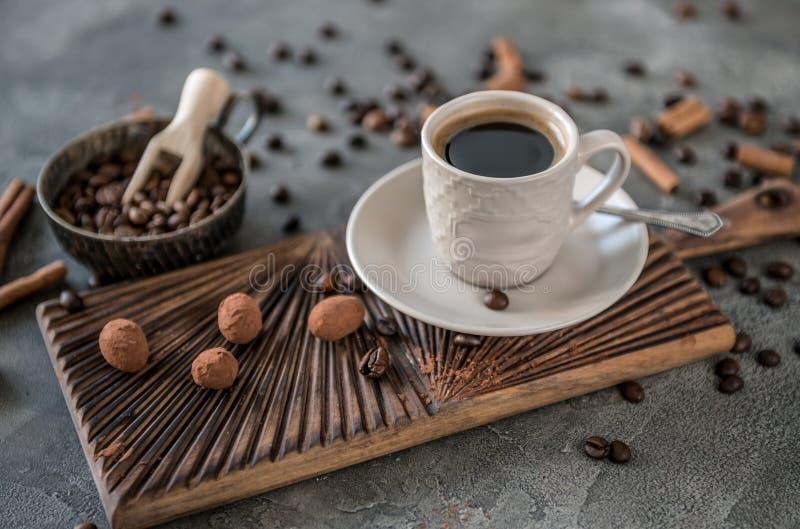Café noir avec des sucreries sur un fond concret photo stock