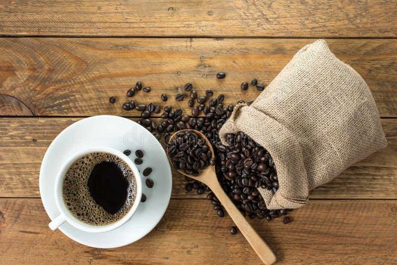 Café noir avec le sac de grains de café image stock